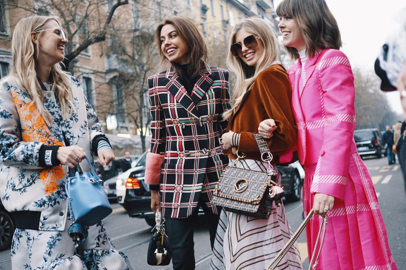 Günlük tarzda giyinen kızlar
