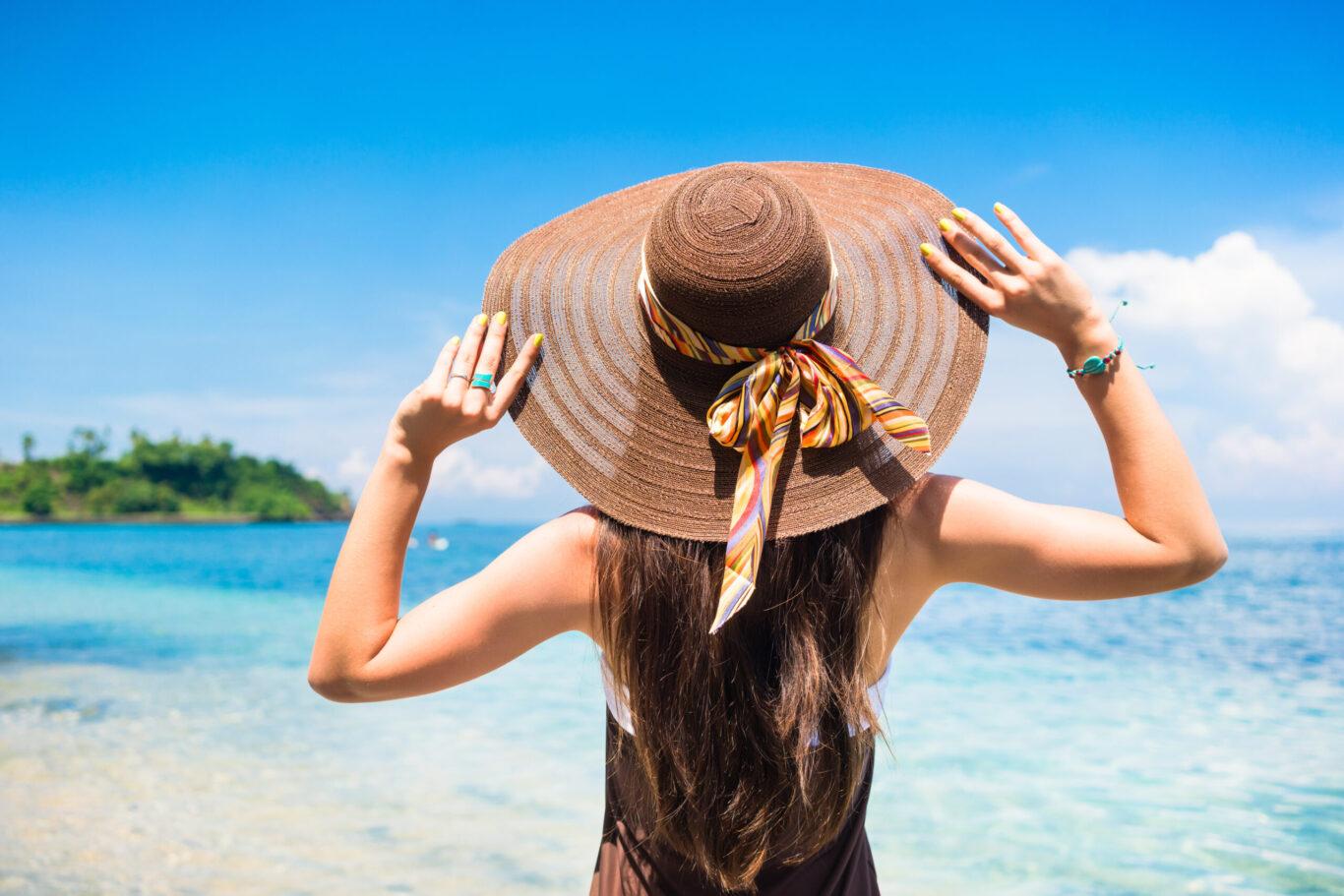 plajda-şapka-takan-kadın