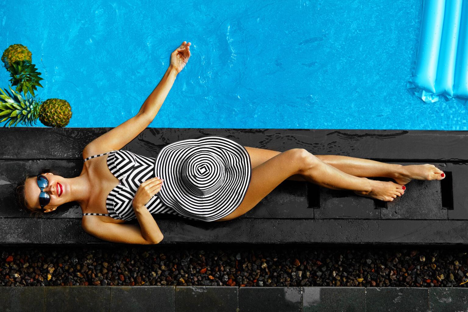 havuz kenarında şapkalı kadın